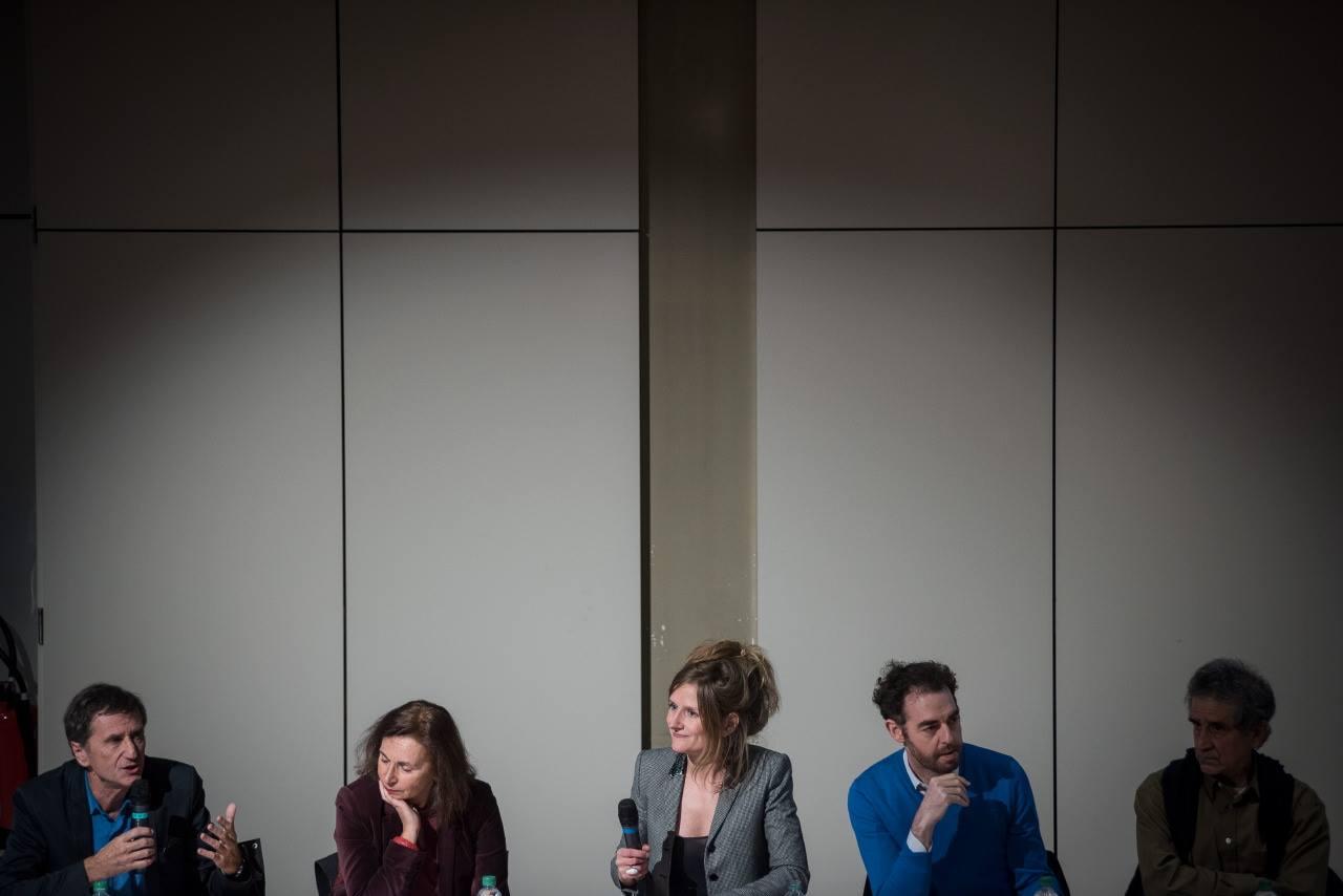 """La tribune du débat """"Quelles sont les sources de la radicalité ?"""" De gauche à droite Olivier Galland, Anne Muxel, Julie Gacon (journaliste à France Culture - modératrice), Jean Birnbaum et Farhad Khosrokhavar et © Bertrand Gaudillère / Item"""