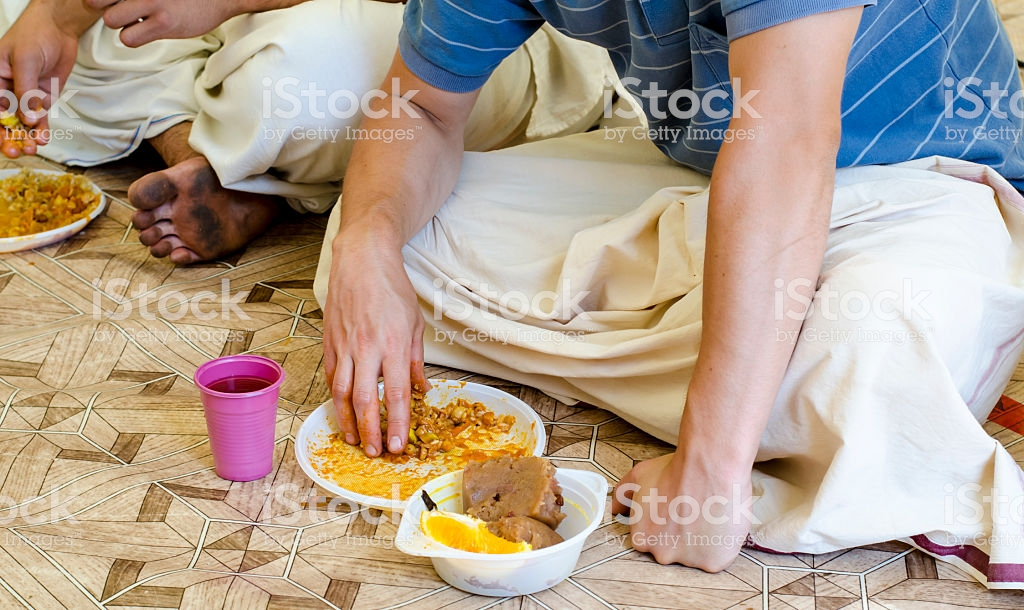 un indien mange avec les mains